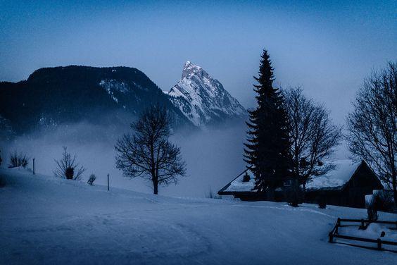 WINTERSPORT WAGEN // CADILLAC ATS COUPE by Tim Adler for Heldth: Was nützt einem ein traumhaftes Alpen-Panorama, wenn man es gar nicht sehen kann? Wir stehen mitten in den Wolken, sonderlich weit reicht die Sicht also nicht. Mit jedem Schritt knirscht der Schnee...