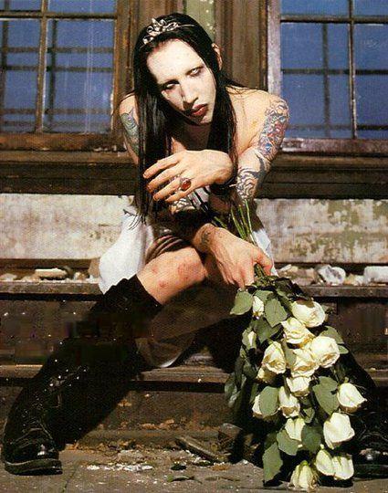 花を持っているMarilyn Manson