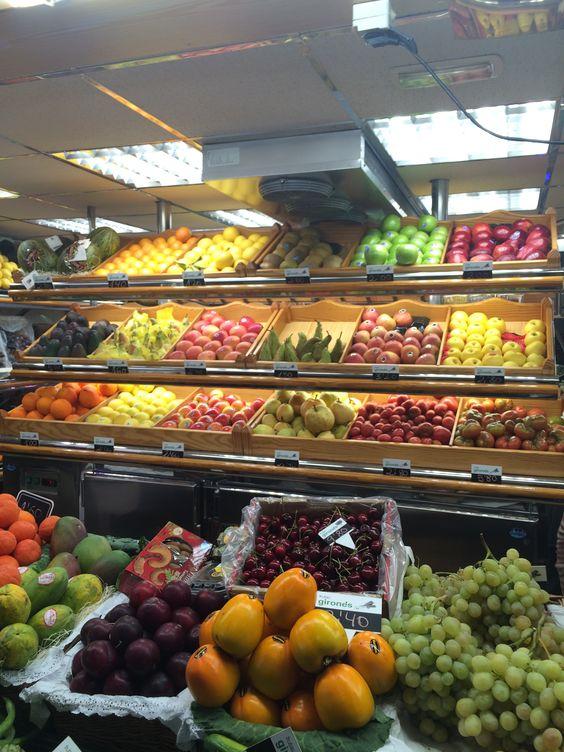 En el mercado, hay muchas frutas de muchas colores. Hay uvas verdes, y manzanas verdes y rojas.