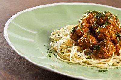 Spaghetti et boulettes de viande à la sauce tomate garnie de basilic