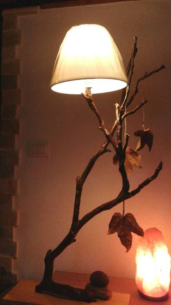 Lámpara hecha con rama de árbol.