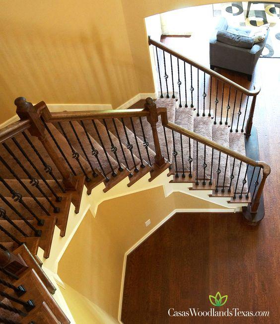 Las escaleras cuentan con un elegante barandal de madera y for Escaleras con alfombra