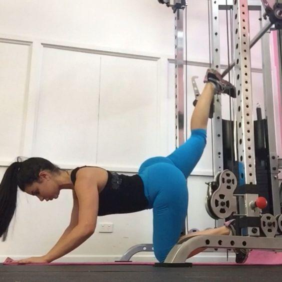 Glute kickbacks in a smith machine  one of my favourite booty exercises!!  Wearing @bella_body_active ☺️ #bellabodyactiveau #ashaburnley #glutekickbacks #workout