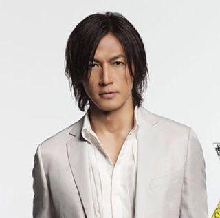 白スーツの稲葉浩志