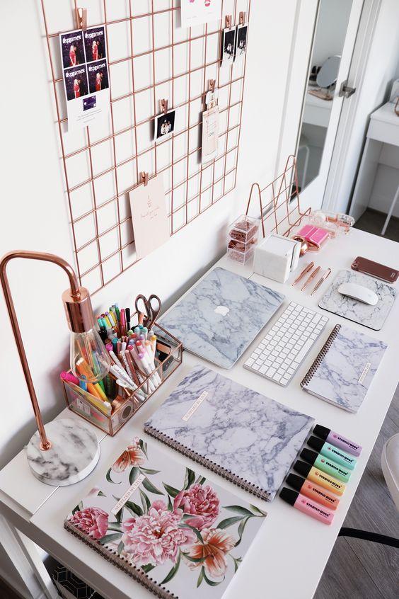 Ijzeren memobord voor foto's boven het bureau op de tienerkamer