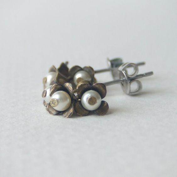 アンティークゴールドのピアスです3粒のスワロフスキーパールを花の様につけて小さなブーケをイメージしてつくりましたチタンポストになっています素材 :真鍮メッキ(...|ハンドメイド、手作り、手仕事品の通販・販売・購入ならCreema。