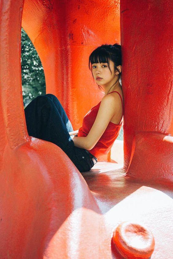 赤いキャミソールの池田エライザ