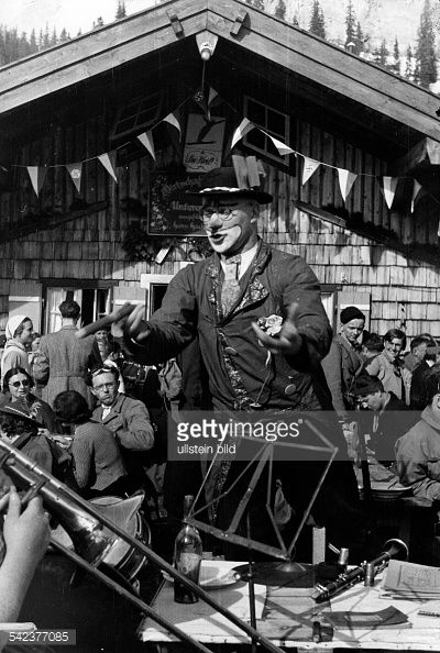 Der Kapellmeister vor der Skihütteerschienen Dame 3/1937Fotograf: Hanns Hubmann