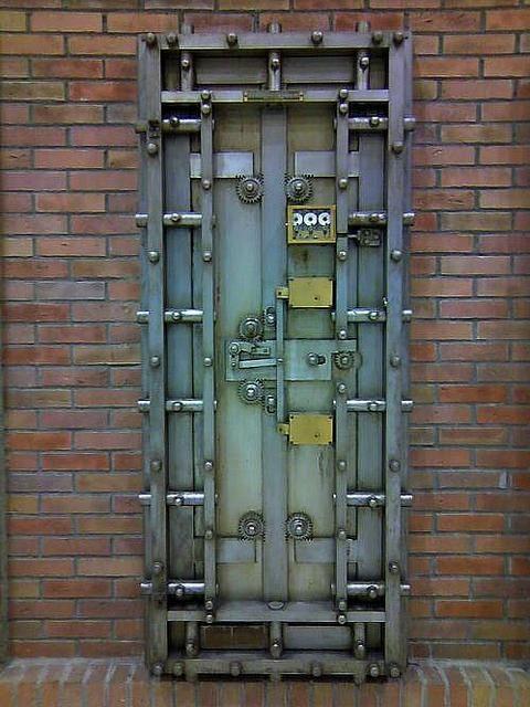 スチームパンクな金庫扉。しかも日本