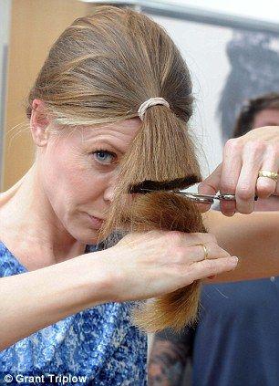 DIY hair cut...... there's a crisis on!: Hair Styles, Haircut Diy, Cute Ideas, Cutting Hair Diy, Hairstyles Beauty, Hair Cut Diy, Diy Hair Cut, Amazing Hairstyles