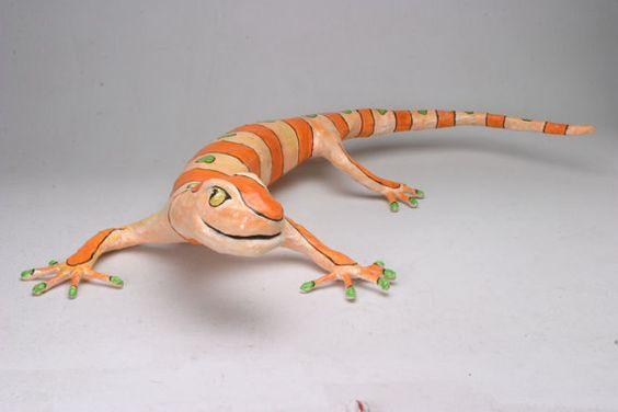 Escultura de lagarto hecho de papel reciclado y por marcelogon