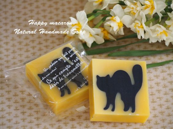 ★Natural Soap by Happy Macaron★黒猫が暖かな日差しの中をお散歩している姿です。スィートオレンジの精油のほのかな香...|ハンドメイド、手作り、手仕事品の通販・販売・購入ならCreema。