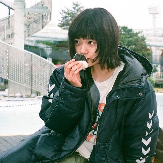 おにぎりを食べる杉咲花