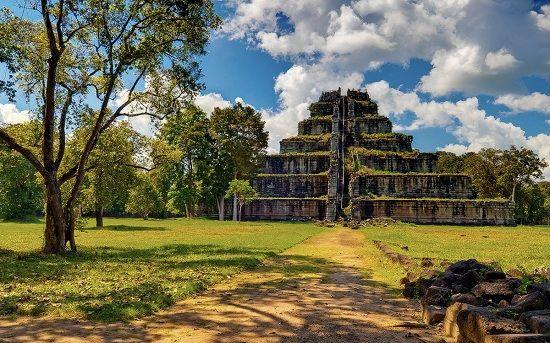 Đền Prasat Thom nhìn từ xa