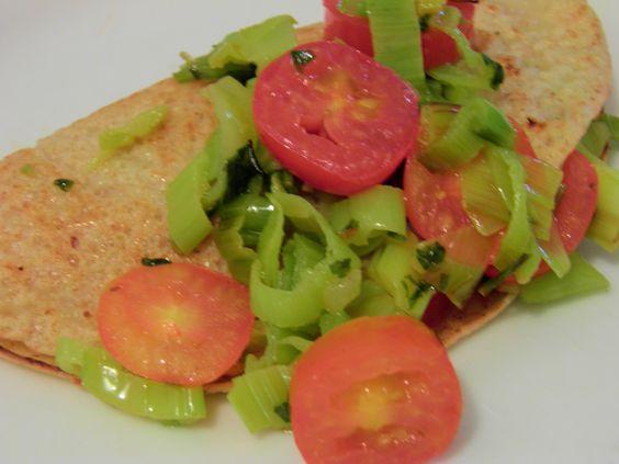 Panqueca integral de alho poró e tomate cereja.