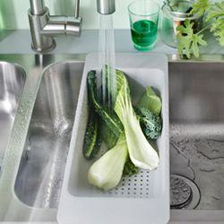 Rincer et couper les fruits et légumes, laver et rincer la vaisselle, ranger pour libérer l'évier: avec les nouveaux accessoires pour évier GRUNDVATTNET, tout devient plus facile.
