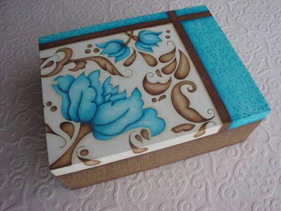 Caixa decorativa floral turquesa ou rosa country and pintura for Pintura azul turquesa