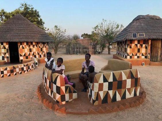 Las casas de Matobo están decoradas por las mujeres. No basta construir la casa. Hay necesidad de ataviarla. Casa tatuada. Cómo ataviar el SHBB?