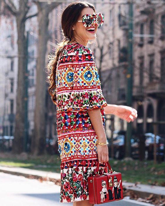 Este look celebra el color en su maxima expresión, el abrigo es una prenda sencilla y a pesar de arriesgada el denim seria la combinación mas fácil, pero la combinación perfecta fueron esos lentes y el bolso que eleva aun mas el color.