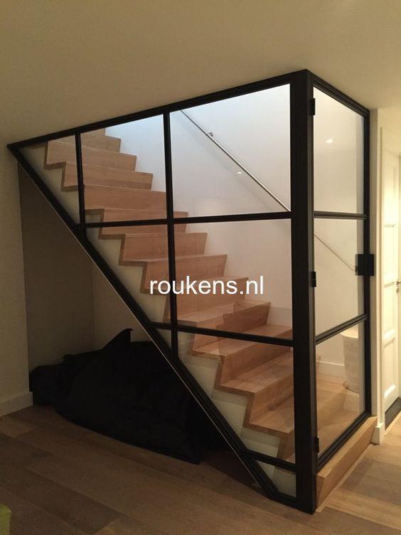 Deuren stalen frame en deur met glas voor trap stalen wand met glas pinterest wands met - Deco woonkamer met trap ...