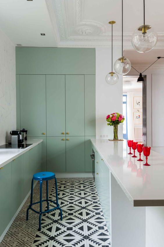 sign e edouard fournier gcg architectes cette cuisine ose le vert menthe et c 39 est r ussi. Black Bedroom Furniture Sets. Home Design Ideas