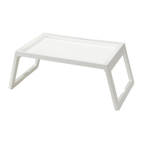 IKEA - KLIPSK, Bedtafeltje, Door de opklapbare poten neemt het bedtafeltje minder ruimte in bij het opbergen.Je kan je tablet of boek eenvoudig vastzetten in het verzinkte spoor.Je tablet is makkelijk op te laden, omdat het bedtafeltje een opening voor het snoer heeft.