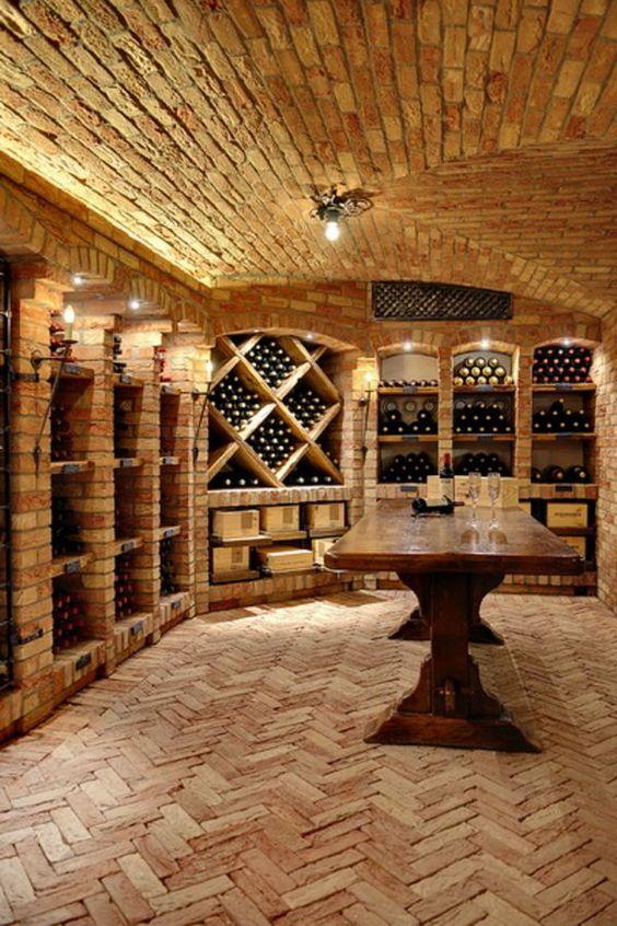 Cave à vin avec étagères en briques et sol cheveron