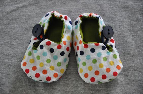 Capáčky/bačkůrky (3-12 měsíců) Bavlněné capáčky s vnější zahraniční látkou,podlepené vlizelínem a sakonem. Možné jsou tyto kombinace: puntíky + žlutá, oranžová, červená, zelená, světle modrá a tmavě modrá látka (pište do poznámky). Snadné nazouvání díky gumičce. Všitá gumička kolem paty (mohu ušít i bez ní). Délka vnitřní stélky: (na fotografii ...