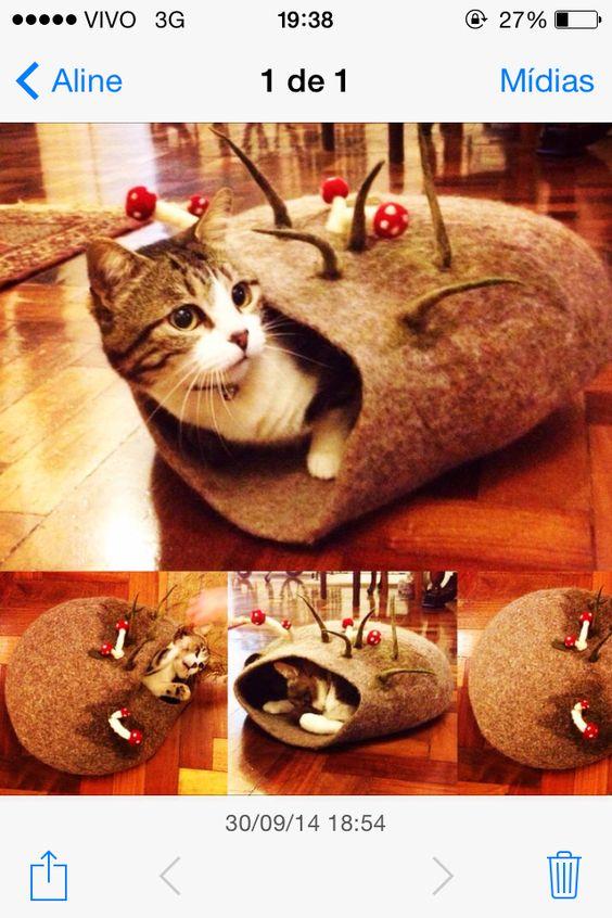 Toca para gatos, feltrada à mão em pura lã Merino. Preço sob consulta.