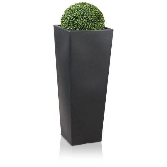 Der Kunststoff-Pflanzkübel CONO PLAZA 100 hat eine schlanke, hohe Form und eignet sich vor allem für die Gestaltung von Eingangsbereichen. Mit einer Höhe von 100 cm ist der matte, anthrazitfarbene Blumenkübel zudem eine imposante Erscheinung und ein echter Blickfang. Sowohl beim Einsatz in Innen -als auch in Außenbereichen verschönert er seine Umgebung und zieht dabei alle Blicke auf sich.