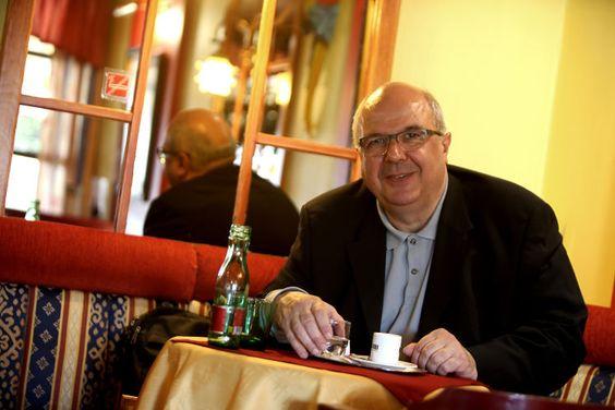 """""""Torte und Schokolade, schon als Kind lockte mich die damalige Konditorei Gschirreiter, in deren Nähe ich aufwuchs"""", sagt OÖN-Redakteur Erhard Gstöttner. Jetzt ist das Gschirreiter (Am Bindermichl 21) ein angenehm plüschig eingerichtetes Café mit guter Trennung von Rauchern und Nichtrauchern. Mehr zum Bindermichl: http://www.nachrichten.at/oberoesterreich/linz/Der-Bindermichl-Von-der-gruenen-Wiese-zum-Wohnviertel;art66,1337595 (Bild: Weihbold)"""