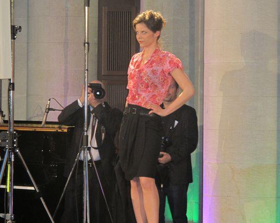 Juliane in einer Queen Bluse und einem KAMI Organic Rock - erhältlich im FAIR QUEEN Online Shop