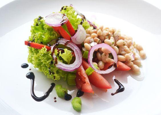 Ein gesunder bunter Salatteller schmeckt das ganze Jahr über bekömmlich. Auch für eine Diät ist dieses Rezept ein Genuß.
