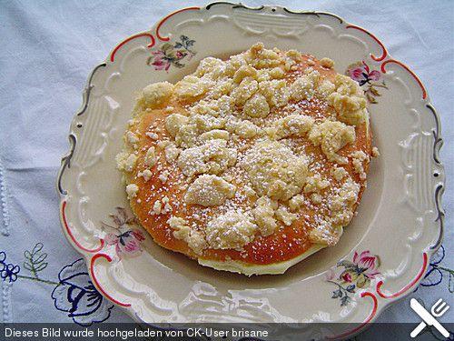 Hefe-Streuselteilchen mit Pudding  und Sahne