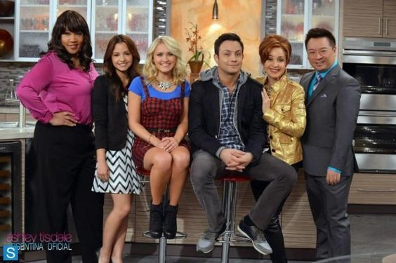 Young and Hungry - Group Cast Promotional Photo