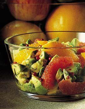 Recette salade d'avocats aux agrumes : Epluchez les pamplemousses et les oranges. Pelez-les à vif en recueillant un peu du jus des oranges. Epluchez l'oignon...