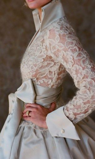 Would be an amazing winter wedding dress! Love the sleeves and the collar!!