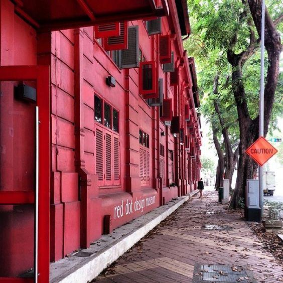 Màu sơn đỏ khiến bảo tàng nổi bật giữa phố