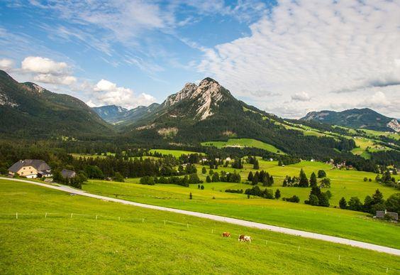 Die Felspyramide des Großglockners ragt steil über Kals auf und zeigt den höchsten Punkt Österreichs mit 3798m an. Geführte 2-tägige Bergtour jetzt buchen. Geführte #Bergsteigertour (#Bergwanderung) auf den #Großglockner.