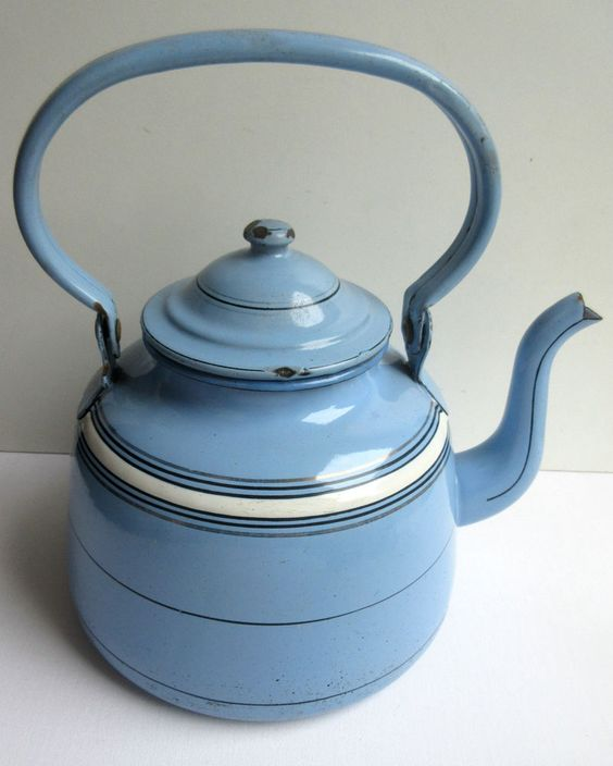 Belle bouilloire Art Déco tôle émaillée bleue et liseré blanc, comme cafetière