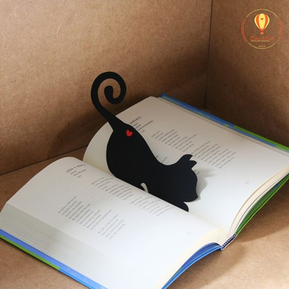 Marcador de livro com recorte especial em forma de gatinho e aplique de coração em ambos os lados.  Fofo, não é?