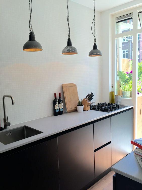 Black&white kitchen, keuken, mat zwart, grijs keukenblad ...