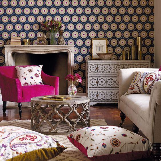 Papel de parede e almofadas na decoração