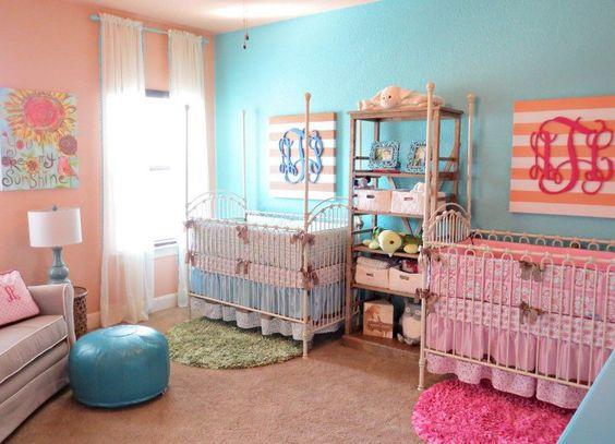 peinture bleue et rose, lit de bébé métallique et pouf design en cuir bleu assorti