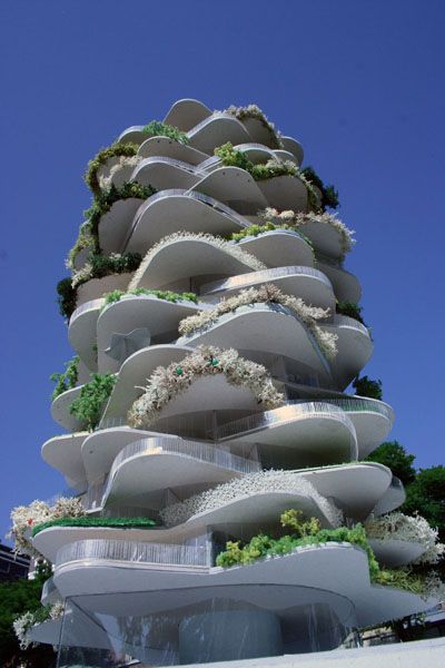 Sustainable architecture, a building in the shape of a strawberry tower garden. // Un immeuble en forme de tour de fraisiers.