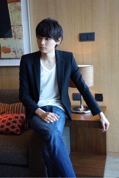 ソファーに腰掛ける古川雄輝のかわいい画像