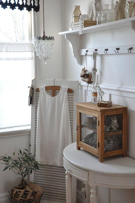 Bedroom white chippy shabby chic whitewashed cottage - Habitaciones shabby chic ...
