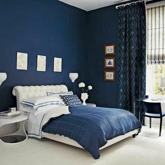 chambre coucher avec murs en bleu fonc