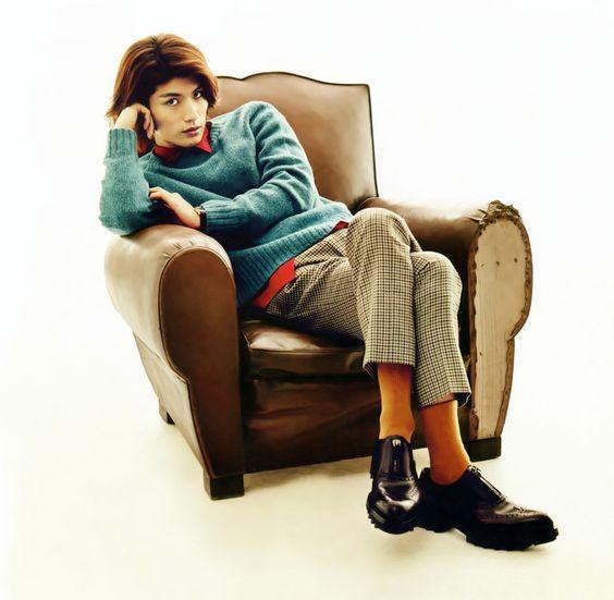 ソファーに座っている三浦春馬