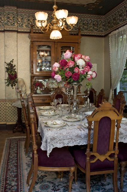 Victorian christmas decorations dinning room at for Christmas decorating ideas for dining room chairs